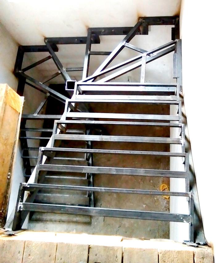 Закрытый каркас лестницы под заказ картинка 4