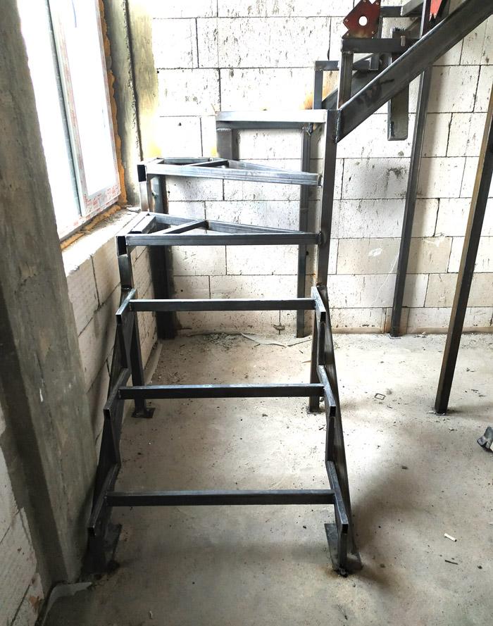 Металлическая лестница на второй этаж картинка 8
