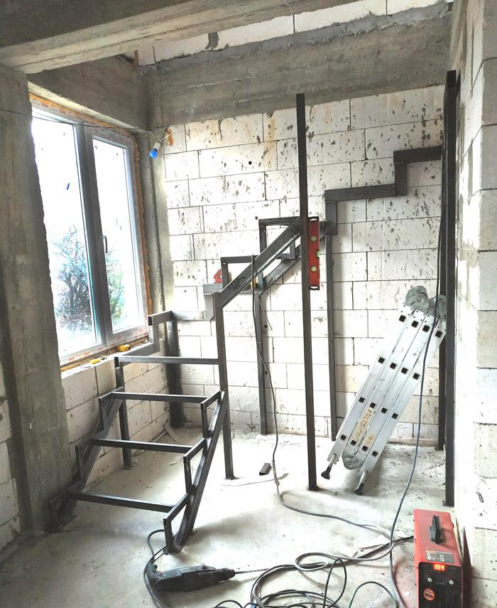 Металлическая лестница на второй этаж картинка 9