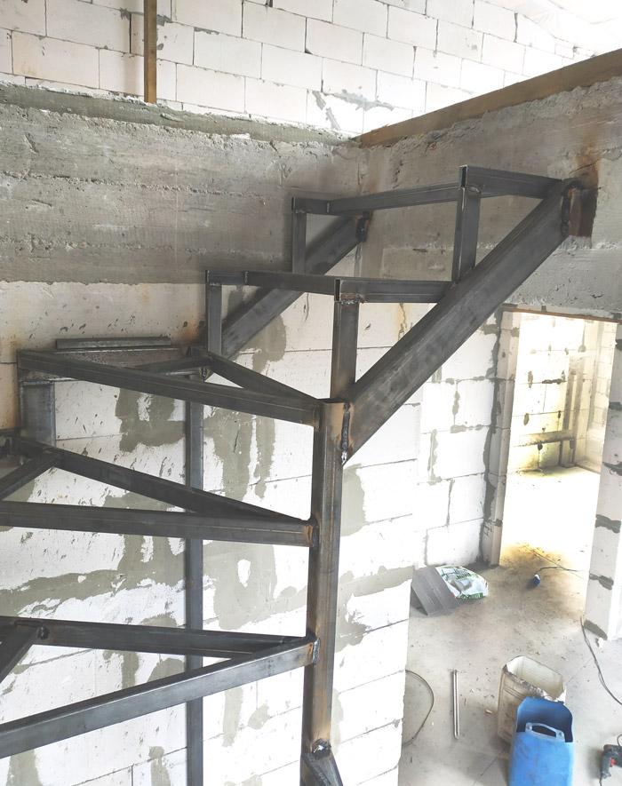 Металлическая лестница на второй этаж картинка 6