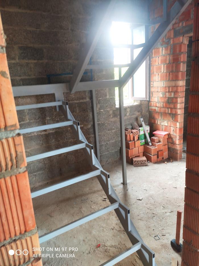 лестница-на-второй-этаж-с-площадкой-фото 2