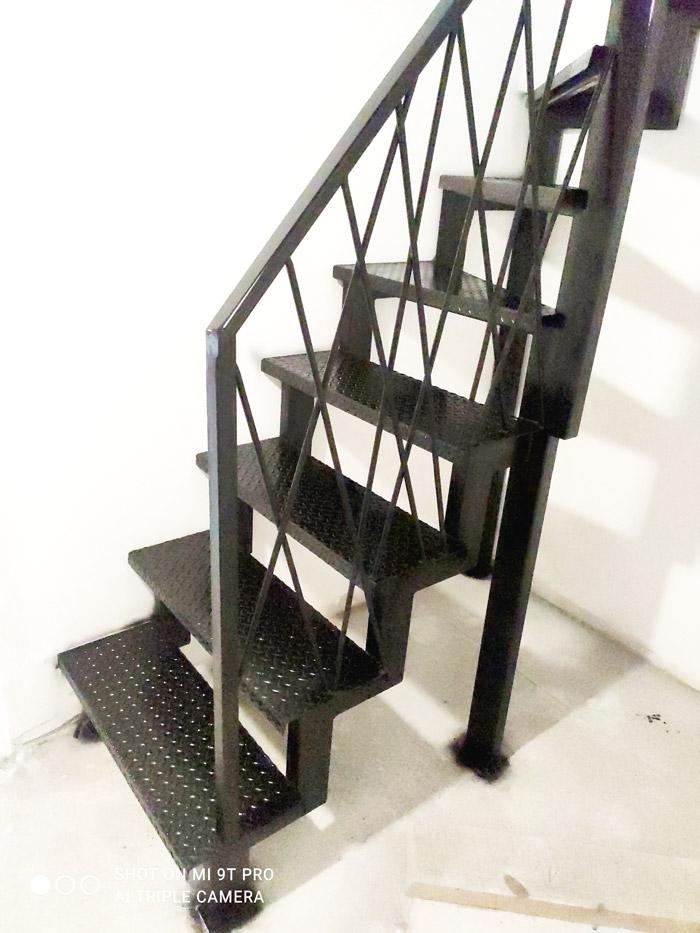 Внутренняя-лестница-на-металлокаркасе-с-поворотом-фото 4