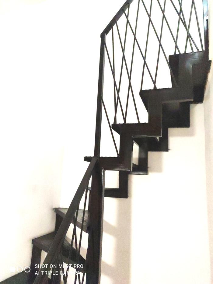 Внутренняя-лестница-на-металлокаркасе-с-поворотом-фото 3