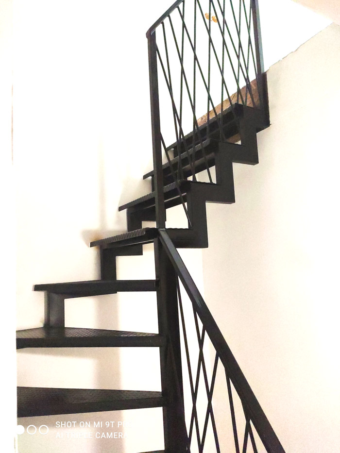 Внутренняя-лестница-на-металлокаркасе-с-поворотом-фото 2