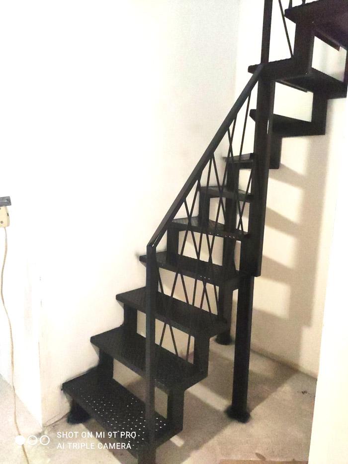 Внутренняя-лестница-на-металлокаркасе-с-поворотом-фото 1